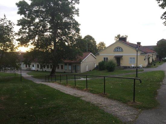 Bro, Suecia: Konferenslokal, del av matsal, gummistövlar, fikarum, omgivningsbilder.