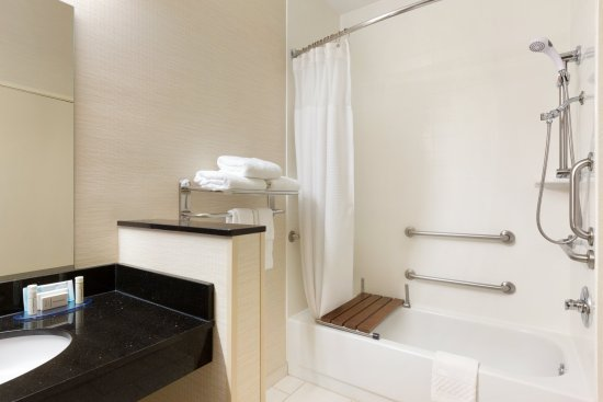 Fairfield Inn & Suites Bryan College Station : Accessible Bathroom