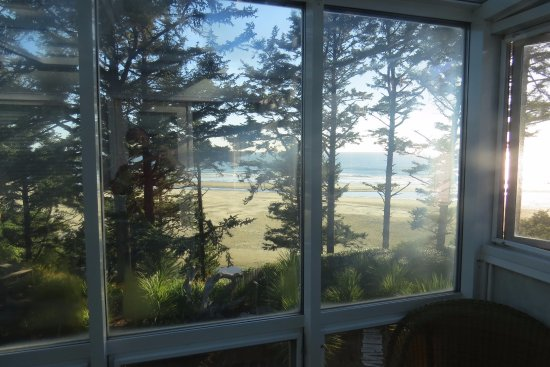 Ocean House Bed and Breakfast: view from sun room toward beach