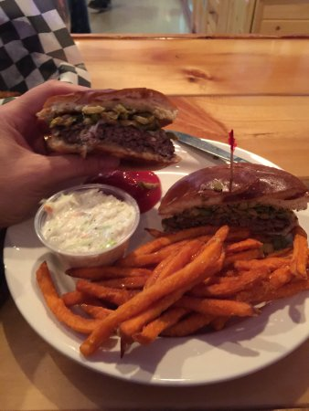 Cameron, WI: Olive burger= delicious!!! Fried pickles are awesomely too!