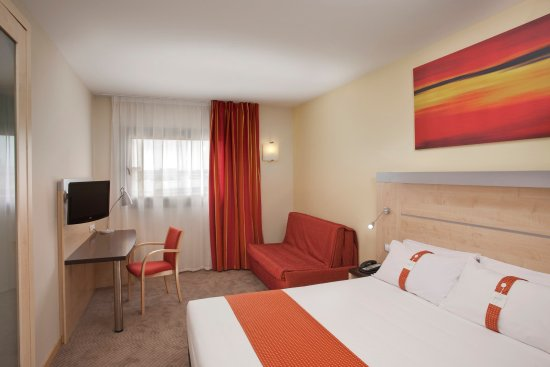Holiday Inn Express Barcelona-Sant Cugat: Queen Size Bed plus Sofa