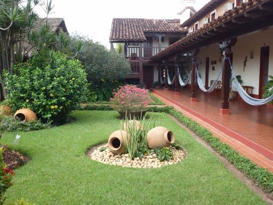 San Ignacio de Velasco, Bolivia: Jardines y galería interior