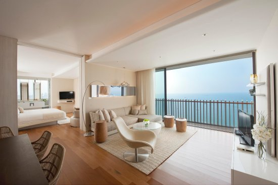 Hilton Pattaya: King Suite Bedroom