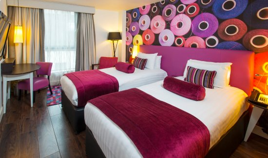 Mercure Liverpool Atlantic Tower Hotel: Twin bed room with selection of complimentary snackbar items