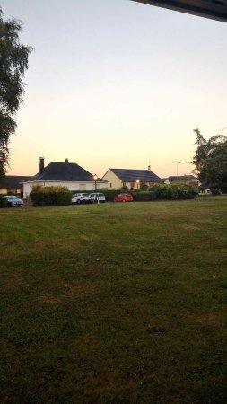Villers-Semeuse, Γαλλία: 7h00 du matin de la verdure devant la fenêtre moi qui suis du Sud ça m'enchante !