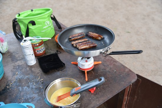 ‪‪Wawona Campground‬: Cooking breakfast on top of our bear locker‬