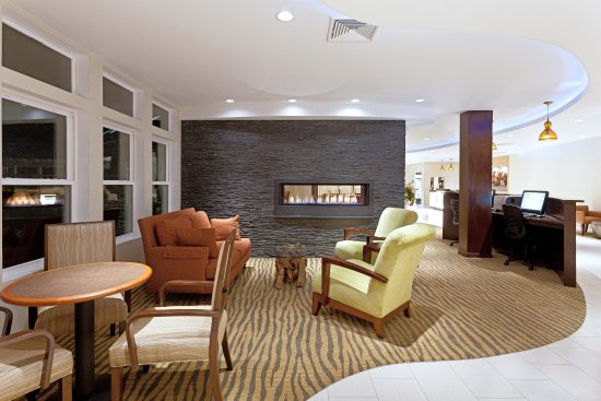 DoubleTree by Hilton Cape Cod - Hyannis: Amenities - Lobby Lounge and Business Center
