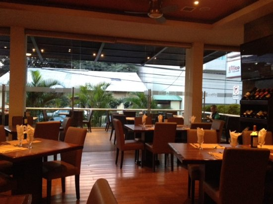 Etnico Cafe Restaurante: Large open dining area with outdoor deck