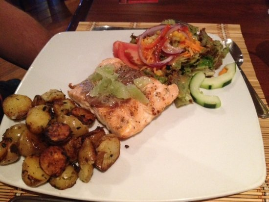 Etnico Cafe Restaurante : Salmon with rosemary potatoes and veggies