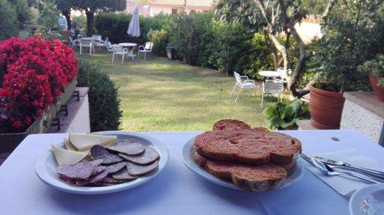 Masia del Montseny Hotel: Desayuno en el jardin