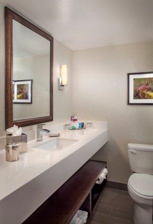 Crowne Plaza Phoenix Airport: Guest Bathroom