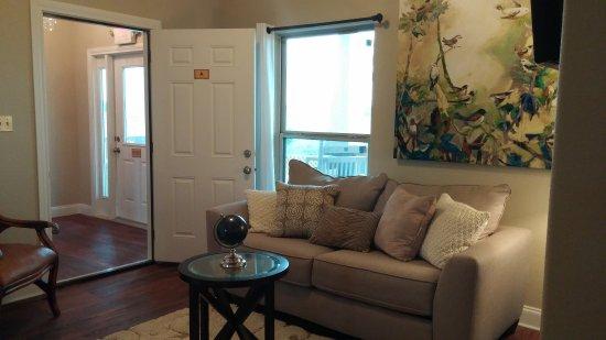Crawford, Teksas: Sample Pool House Suite: living room