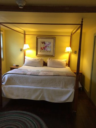 Blue Harbor House Inn: Spacious king sized bed and wonderful multi jet shower