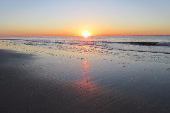 ذا أوشن فرونت ليتشفيلد إن: Sunrise outside our room
