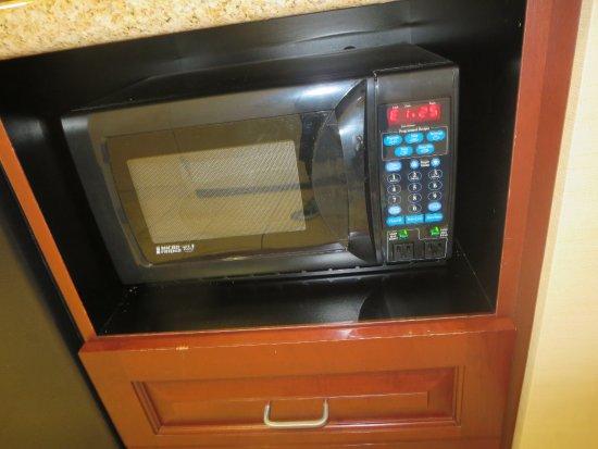 Hampton Inn & Suites Staten Island: Nice sized microwave