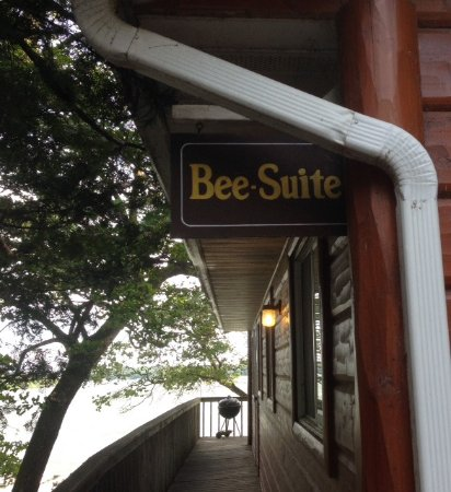Πέινσβιλ, Μινεσότα: The top entrance to Bee-Suite-this is steps away from parking.