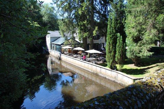 Habay-la-Neuve, Bélgica: Restaurant vérandas à côté de la cascade...