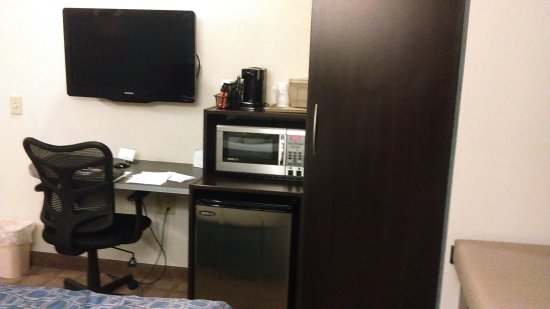 Microtel Inn & Suites by Wyndham Wilkes Barre: basic queen bed room