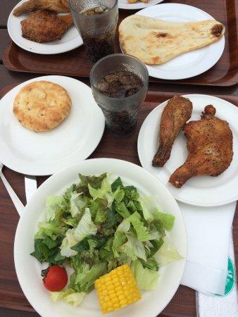 Yakumo-cho, Japan: フォカッチャ、ナン、サラダ、コーラ。