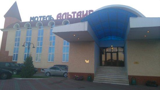 Pervaya Mokva, Rússia: Внешний вид. Парковочные места и рядом терраса.