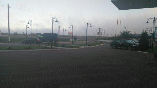 Kursk Oblast, Russia: Внешний вид. Парковочные места и рядом терраса.