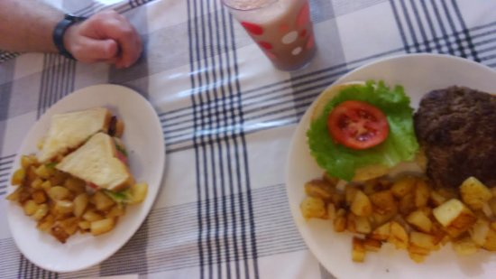 Chatham, Canada: Our meals: BLT and a Burger