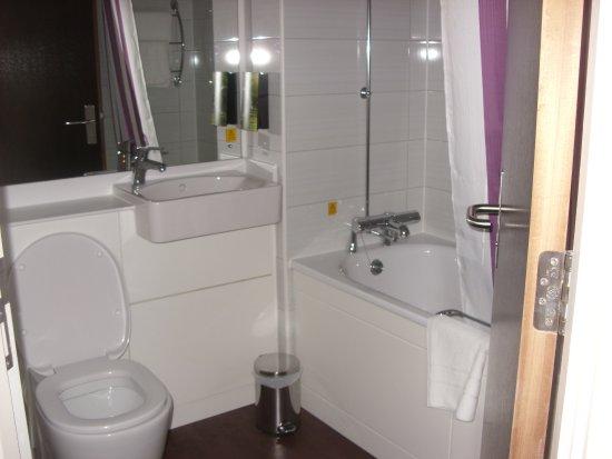 Premier Inn Chichester Hotel: Bathroom