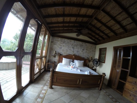Ian Anderson's Caves Branch Jungle Lodge: Second floor (outdoor bathtub to the left)