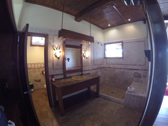 Ian Anderson's Caves Branch Jungle Lodge: No shower curtains in the indoor shower