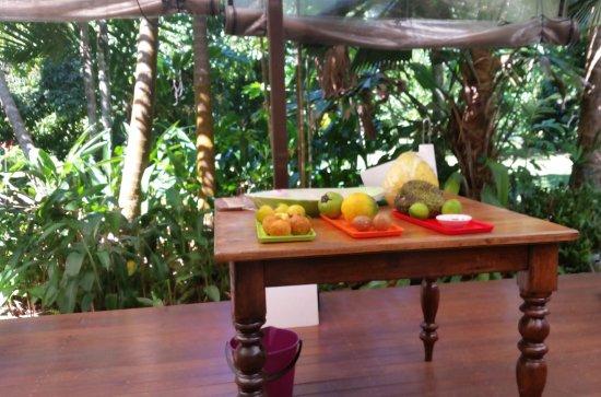 Cape Tribulation, Australia: Fruit we tasted and the beautiful backdrop
