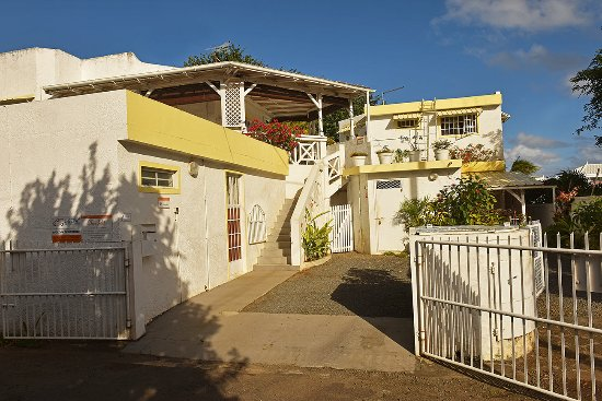 Chez Pat Bungalows and Apartments: Alamanda Entrance