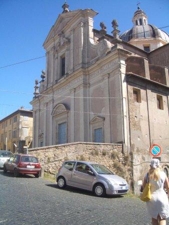 Ronciglione, Itália: la facciata della chiesa