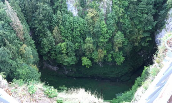 Macocha Abyss: Przepaść Macochy, podczas zwiedzania jaskiń Punkva przechodzi się obok jeziorka widocznego w dol