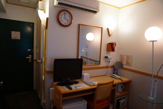 Toyoko Inn Busan No.1: Brightly Lighted Room