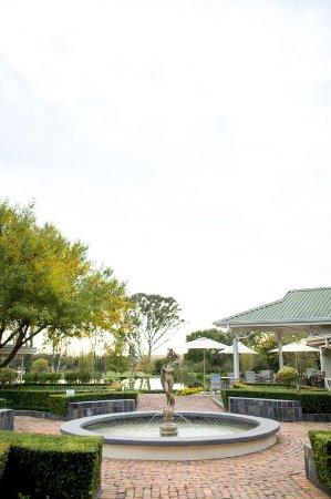 Oxbow Country Estate: Fountain view