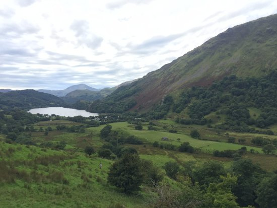 Nant Gwynant, UK: Distant view of Llyn Gwynant lake, camp site and amazing scenery