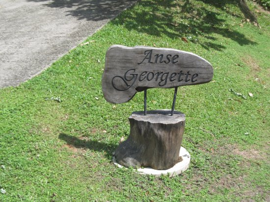 Anse Georgette: Way to the beach