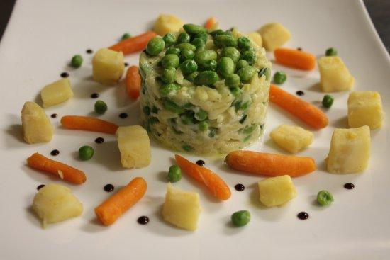 Belleme, Francja: Pâtes risoni au parmesan, fèves, pois maraichers et patisson