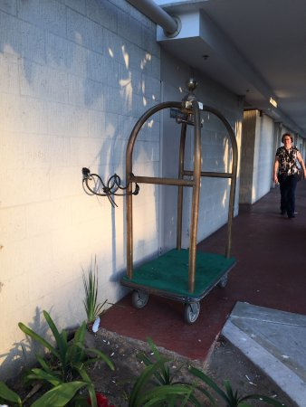 Town and Country Resort & Convention Center: Luggage carrier locked to wall!