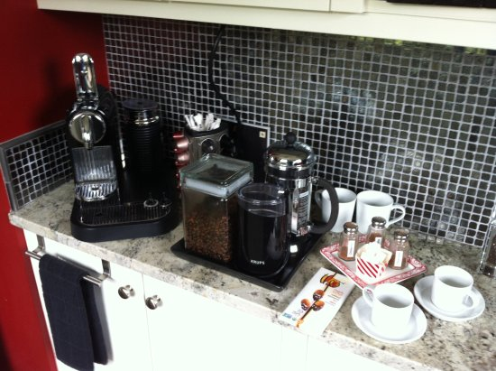 Chelsea Station: Expresso machine, coffee grinder and cafetiere