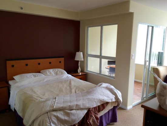 910 Beach Avenue Apartment Hotel: Room 204
