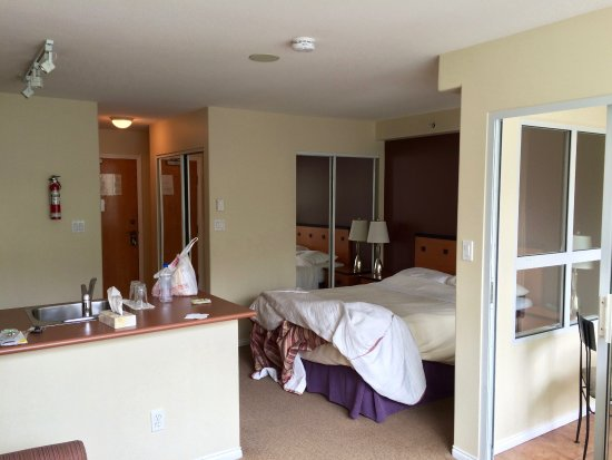 910 Beach Avenue Apartment Hotel: Room 204