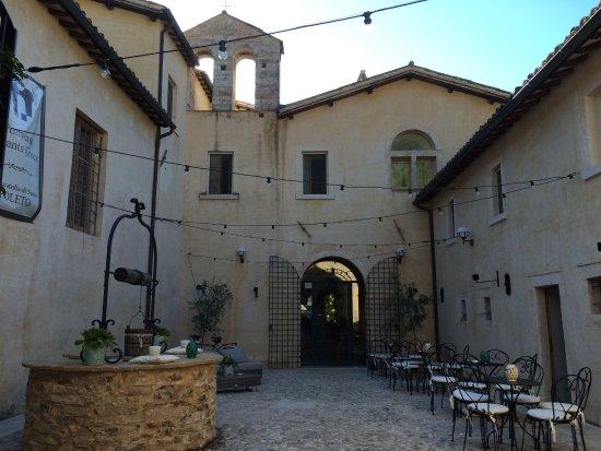 Sant'Anatolia di Narco, Italia: corte interna hotel