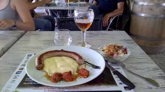 La Cavalerie, Γαλλία: Miam, saucisse aligot + frisée aux noix !!