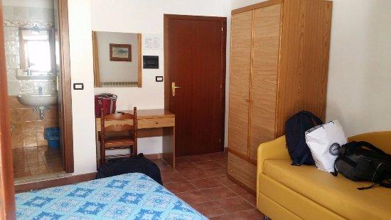 Armadio e divano letto aggiuntivo nella stanza comodissimo