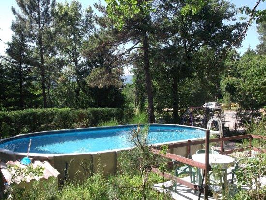 Le Casquille : piscine et terrain près du restaurant