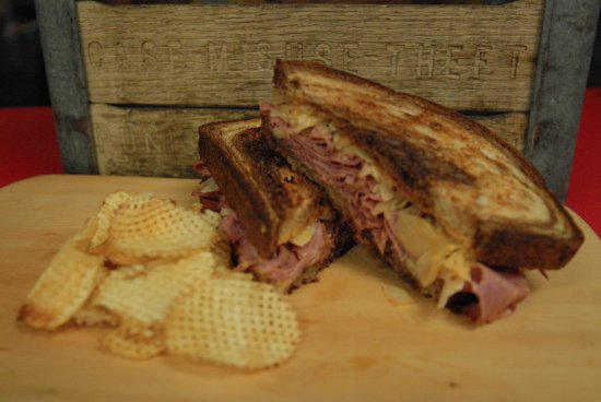 Fryeburg, Μέιν: The Reuben with corned beef, sauerkraut and lattice cut chips.  Delicious!!