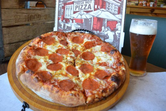 Fryeburg, Μέιν: Enjoy a Pepperoni Pizza and cold beer or glass of wine