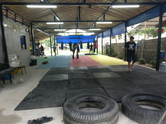‪Por Promin Muay Thai Camp‬