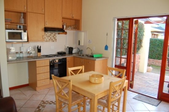 Ascot Gardens Self Catering Accommodation: QUEEN SUITE KITCHEN